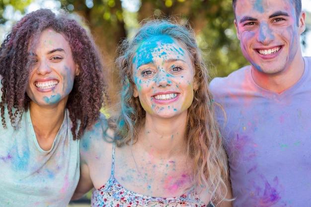 Heureux amis couverts de peinture en poudre