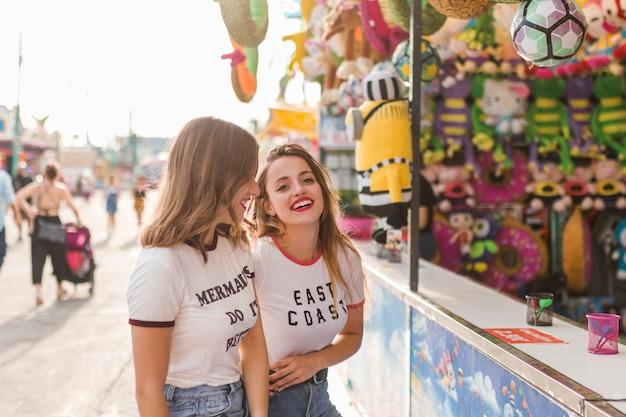 Heureux amis dans l'amusement par