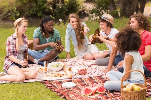 Heureux amis dans le parc en pique-nique
