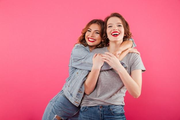 Heureux amis de deux femmes étreignant.