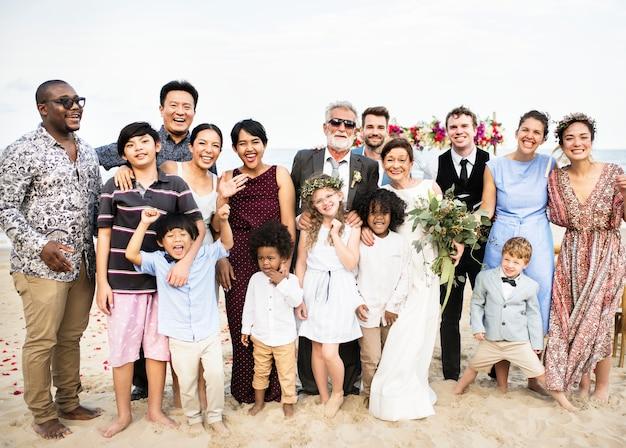 Heureux amis et famille lors d'une fête de mariage