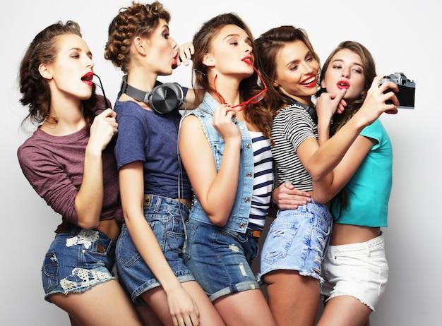 Heureux amis filles prenant des photos