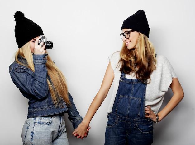 Heureux amis de filles prenant des photos