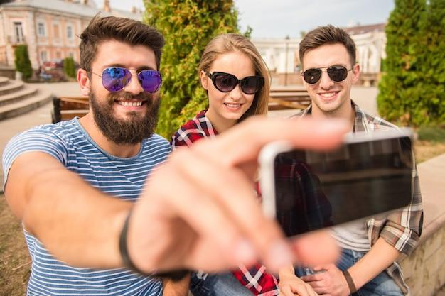 Heureux amis font selfie à l'extérieur.