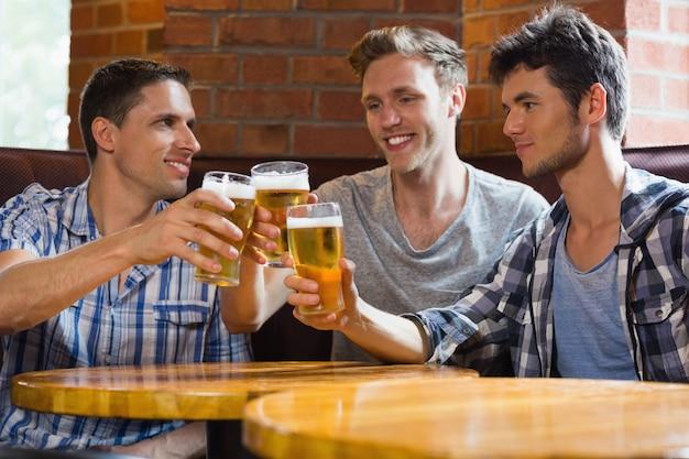 Heureux amis grillage avec des pintes de bière