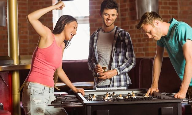 Heureux amis jouant au football de table