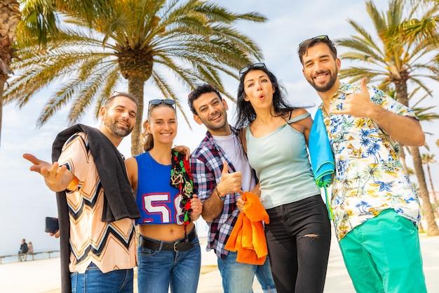 Heureux amis lors d'une promenade en bord de mer à barcelone