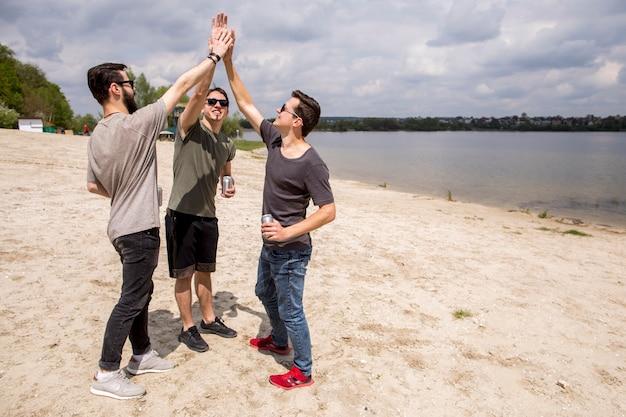 Heureux amis masculins donnant haut cinq