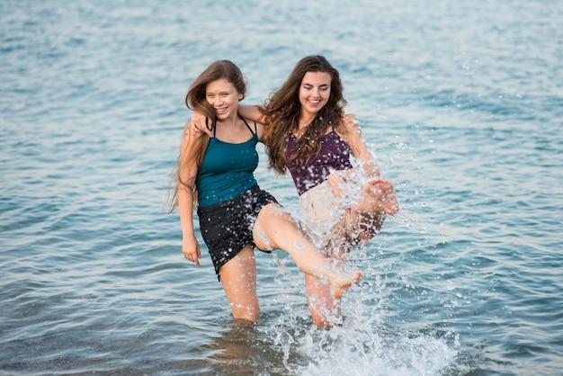 Heureux amis à la plage