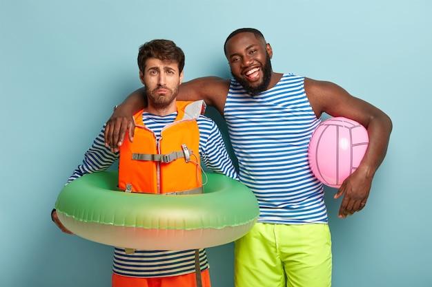 Heureux amis posant avec des articles de plage