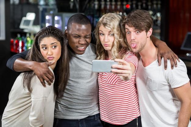 Heureux amis prenant selfie