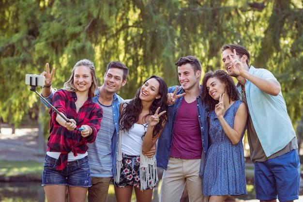 Heureux amis prenant un selfie