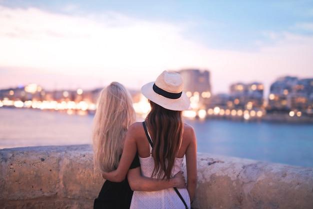 Heureux amis en regardant le coucher de soleil