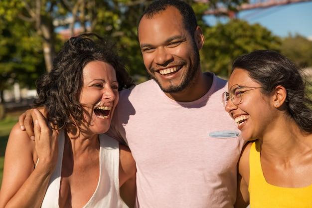 Heureux amis riant dans le parc