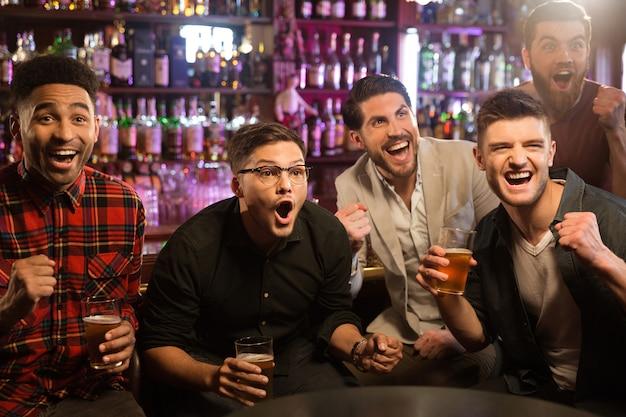 Heureux amis s'amusant dans un pub