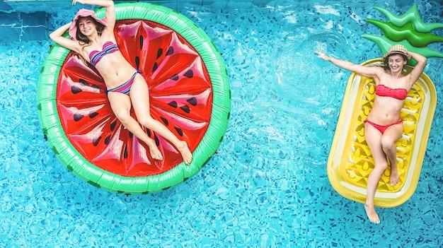Heureux amis s'amusant à l'intérieur de la piscine pendant les vacances d'été - focus sur les visages