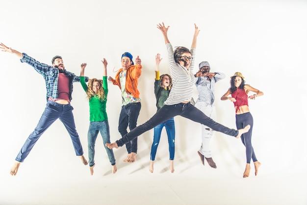 Heureux amis sautant