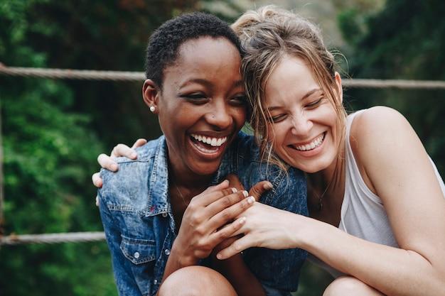 Heureux amis se tenant les uns les autres