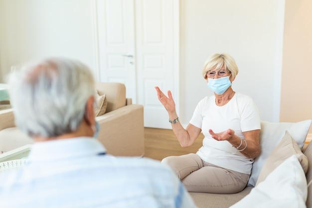 Heureux amis seniors ayant une conversation intéressante à la maison