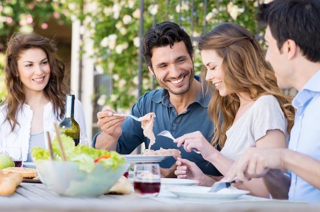 Heureux amis en train de déjeuner