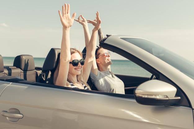 Heureux amis en voiture