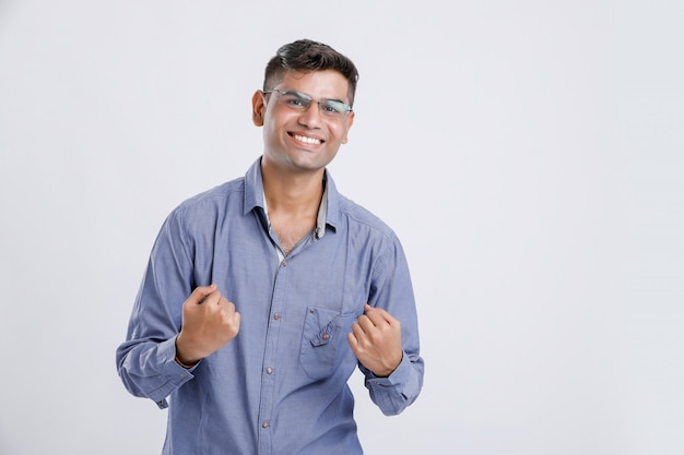 Heureux et appréciant jeune homme indien / asiatique
