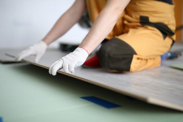 Heureux artisan travaillant dans l'appartement