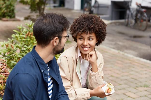 Heureux beau couple pose en milieu urbain