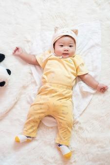 Heureux bébé mignon nouveau-né en studio
