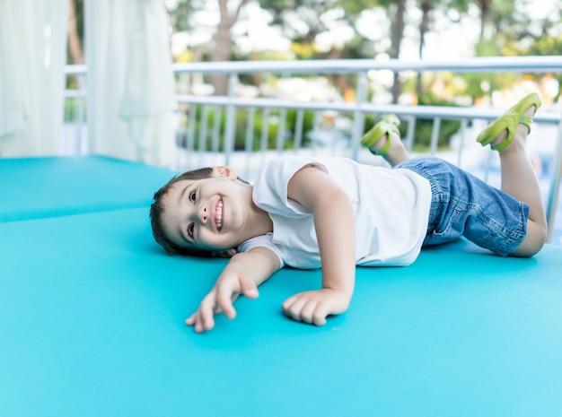 Heureux bébé mignon, passer des vacances dans la belle station balnéaire