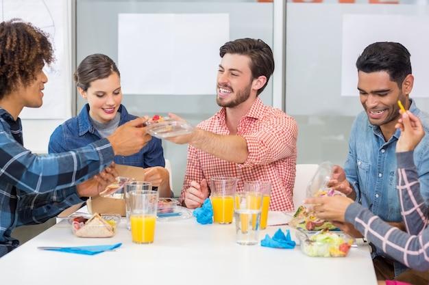 Heureux cadres interagissant tout en prenant le petit déjeuner