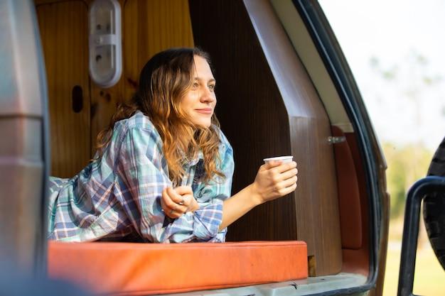 Heureux caucasien belle femme voyageur les gens apprécient les vacances de café matin nature en camping-car