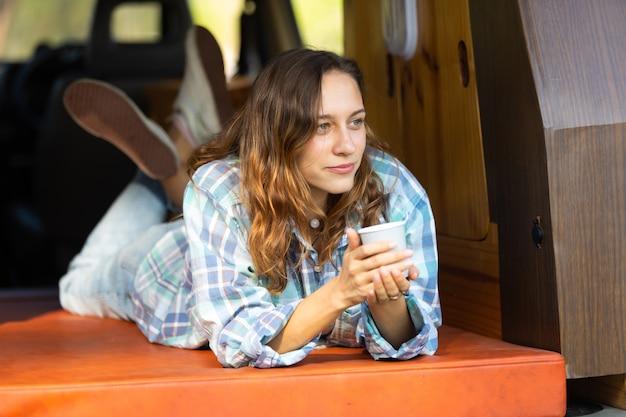 Heureux Caucasien Belle Femme Voyageur Les Gens Apprécient Les Vacances De Café Matin Nature En Camping-car Photo Premium