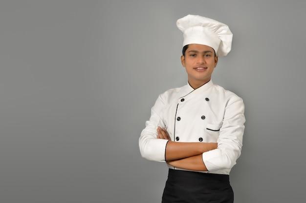 Heureux chef indien masculin debout sur un mur gris
