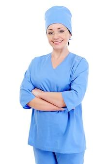 Heureux chirurgien riant en uniforme bleu