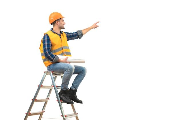 L'heureux constructeur avec un papier assis sur l'échelle sur fond blanc
