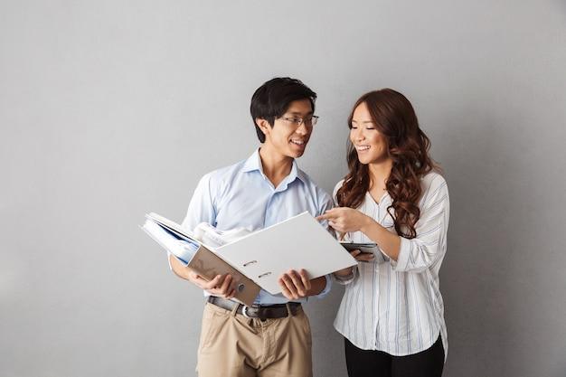 Heureux couple d'affaires asiatique travaillant avec des documents