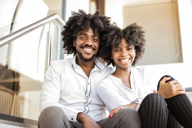 Heureux couple afro qui rit