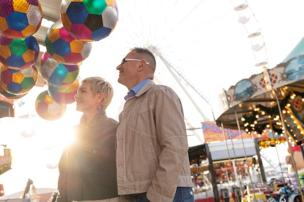 Heureux couple d'âge moyen ayant un rendez-vous à l'extérieur