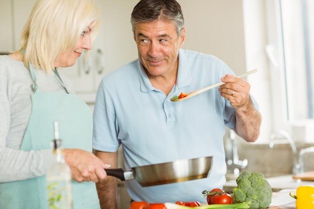Heureux couple d'âge mûr faisant un dîner ensemble