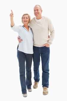 Heureux couple d'âge mûr marchant ensemble