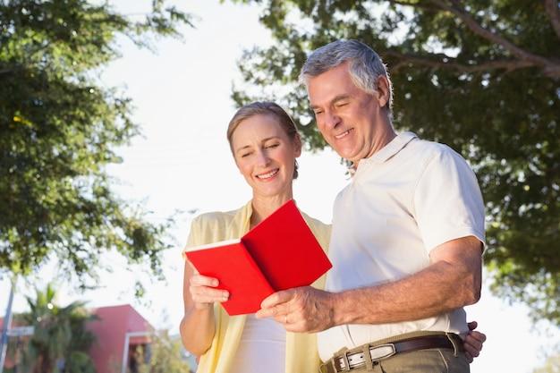 Heureux couple âgé en utilisant le guide