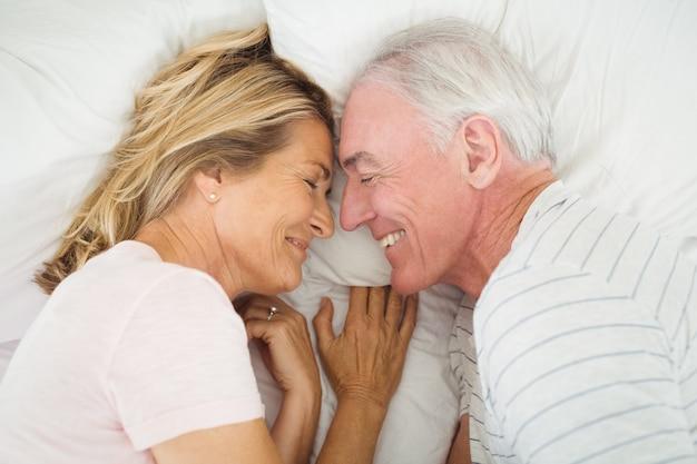 Heureux, couple aîné, coucher lit