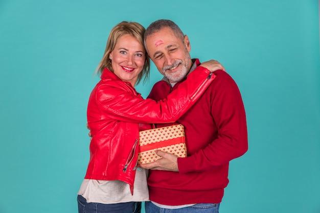 Heureux, couple aîné, étreindre, projectile studio