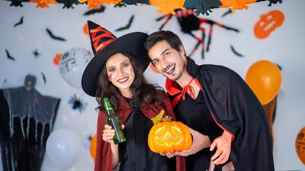 Heureux couple d'amour en costumes et maquillage pour une célébration d'halloween