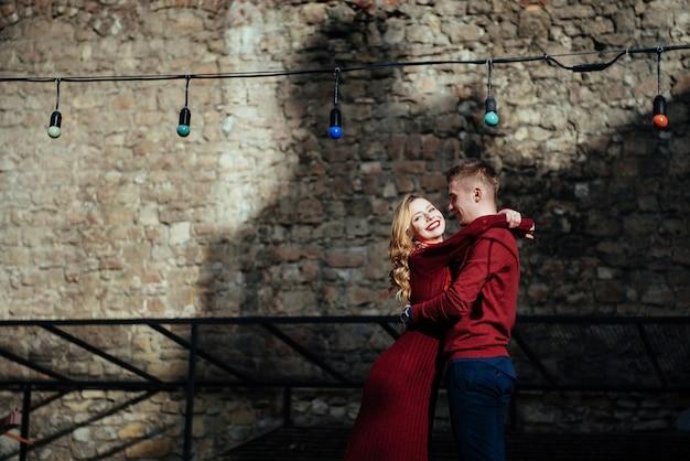 Heureux couple amoureux dans les rues de la ville