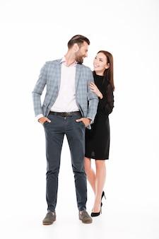 Heureux couple d'amoureux debout isolé