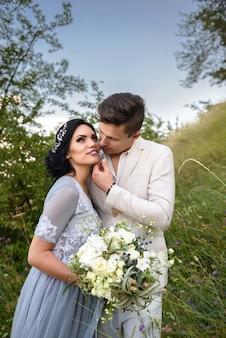 Heureux couple amoureux mariés dans la forêt.