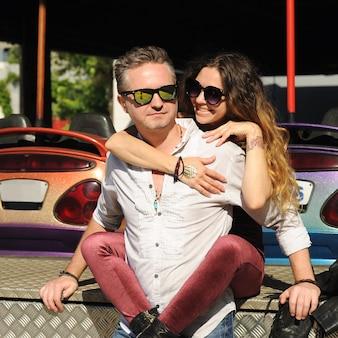 Heureux couple amoureux, portrait en plein air dans le parc d'attractions