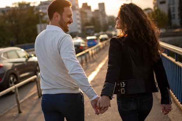 Heureux couple amoureux se liant, voyageant et s'amusant ensemble en plein air
